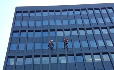 služba umývanie okien vo výškach